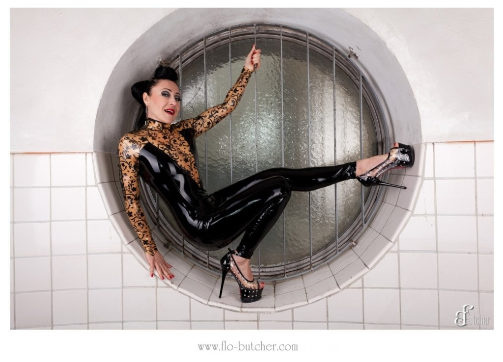 Latex catsuit im Schwimmbad