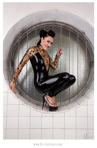 Latex Catsuit im Schwimmbad test