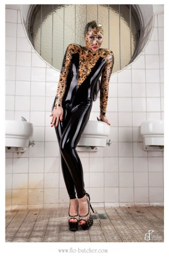 Latex Catsuit im Schwimmbad